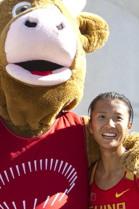Liu Hong et la mascotte de Zurich 2014 au Lugano Trophy le 16 mars 2014 [(c) Jérôme Genet / FSM]