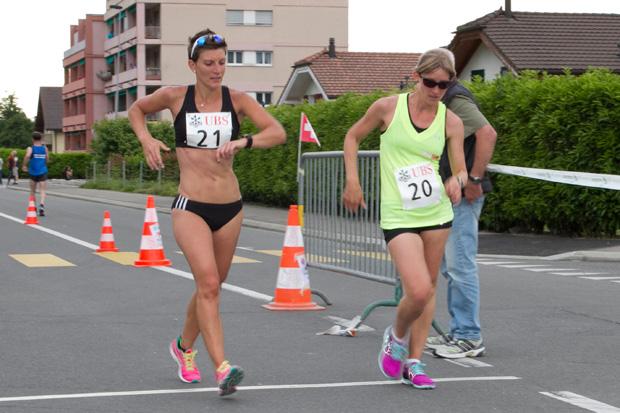 Laura Polli (à gauche), championne suisse à Monthey le 30 mai 2015, devant sa soeur Marie [(c) Jérôme Genet / Swisswalking.org]