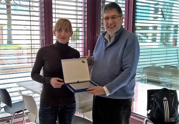 Marie Polli reçoit le prix interclubs pour la SAL, d'Alberto Bordoli le 27 février 2016 [Jérôme Genet / Swiss Walking]
